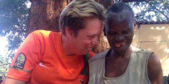 Vrijwilligerswerk Zambia Anne met bewoonster