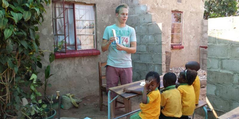 Zambia vrijwilligerswerk Livingstone Sander geeft les