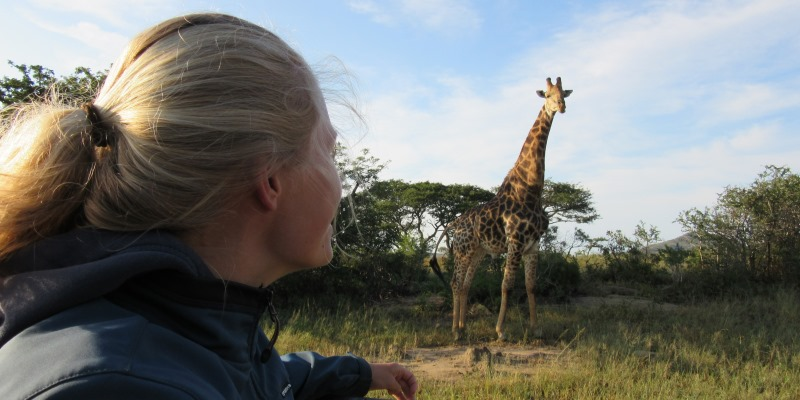 Zuid-Afrika Kwazulu Big 5 reservaten Anniek met giraffe