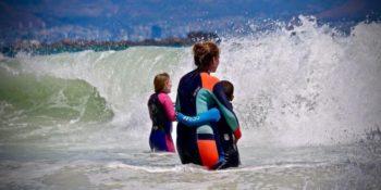 Zuid-Afrika Surf and Adventureclub project samen in zee