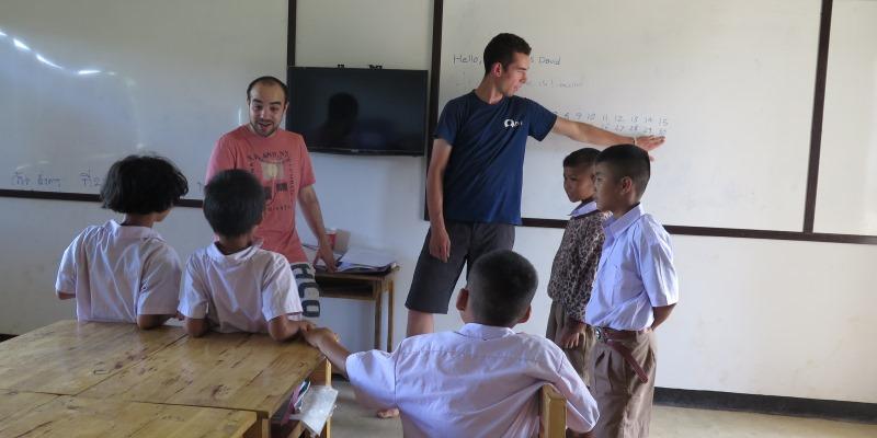 Thailand Olifantenproject lesgeven op school foto Lidy