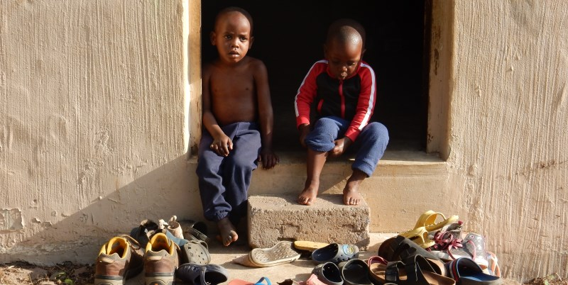Zuid-Afrika Zululand schoentjes uit voor school