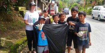 Bali vrijwilligerswerk en cultuur platsic verzamelen