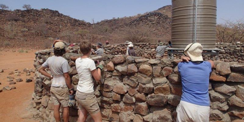 Namibia Expedition Basiskamp bouwen waterresevoir