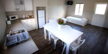 Zuid-Afrika Marine Conservation Gansbaai Lodge_Chalet Kitchen