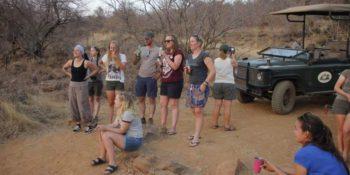 Zuid-Afrika Welgevonden Conservation and Research Daan genieten van zonsondergang