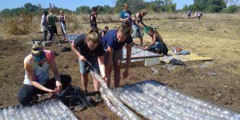 Zambia Eco bricking flessen rijgen
