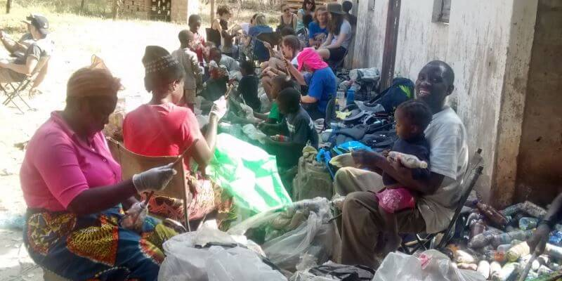 Zambia Eco bricking platsic in flessen stoppen