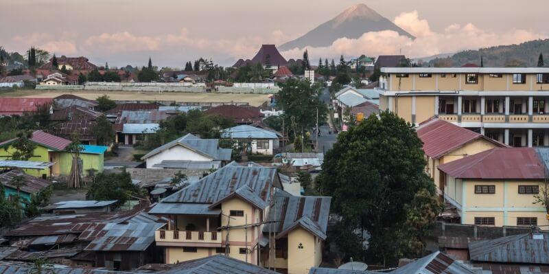 Indonesie Flores foto van Luuk dorp bij vulkaan