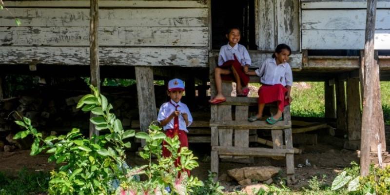 Indonesie vrijwilligerswerk op Flores kinderen bij school jpg