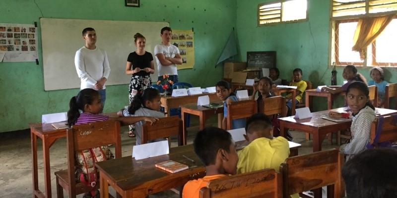 Vrijwilligerswerk op Flores Jesse, Jelmer en Tirzah in de klas 2