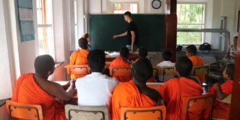 Sri Lanka lesgeven aan monniken