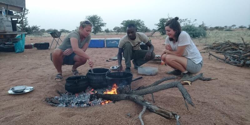 Namibie olifantenproject Avond eten maken op vuur