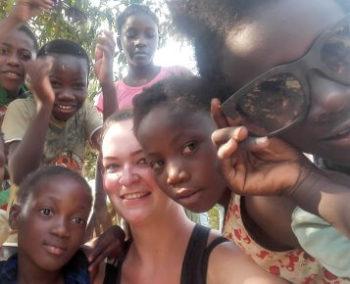 Vrijwilligerswerk Zambia Roos met groepje kinderen tegel