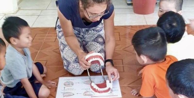 Vrijwilligerswerk Cambodja en Bali Esmee leert kinderen tandenpoetsen