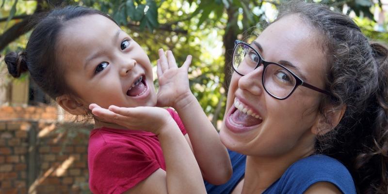Vrijwilligerswerk Cambodja en Bali Esmee met meisje