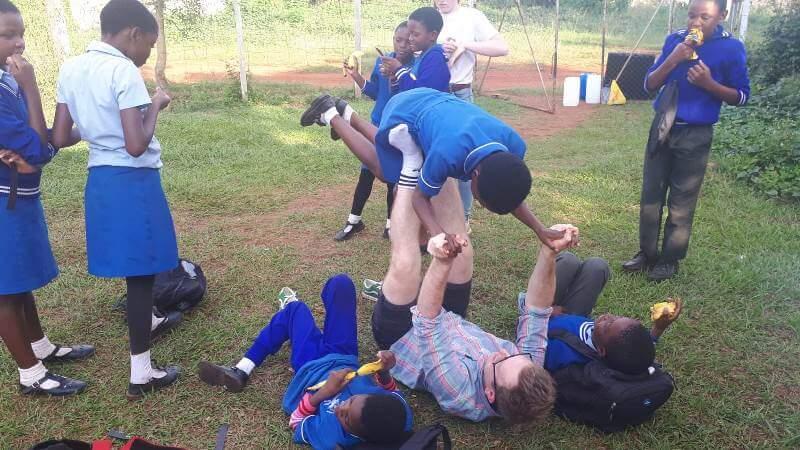 Koen in Swaziland spelen met de kids