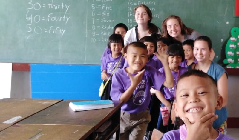 Carlijn in Thailand Hill tribe klas met volunteers