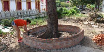 Isa in Thailand muurtje bouwen