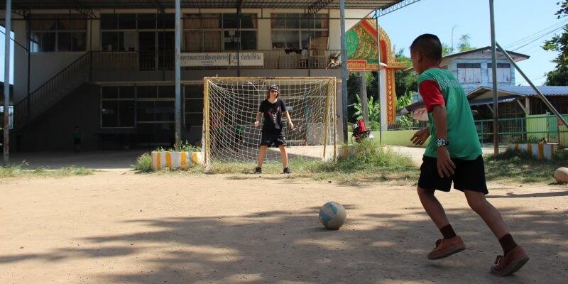 Isa in Thailand voetballen